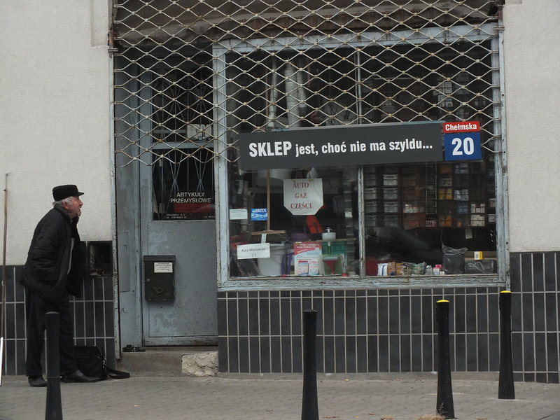 Chełmska 20 - Sklep jest choć nie ma szylldu głosi szyld. Wyraźny protest przeciwko nakazom