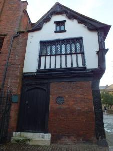 Dom przy Bayley Lane naprzeciwko zniszczonej Katedry św. Michała. Wybudowany ok. 1500 roku, pozostałość po licznych podobnych budynkach w okolicy wyróżnia się rzeźbami. Kominy dodano w XVII wieku , okno sklepowe z początku XIX wieku . Nr 23 jest świetnym przykladem XVIII wiecznej przebudowy frontu starego budynku