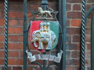 Zbliżenie starego herbu Coventry na bramie.