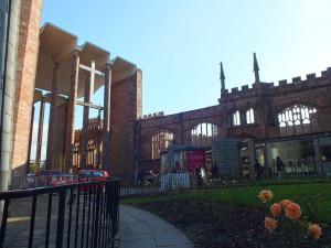 Styl gotycki i modernistyczny pod jednym patronem. ( ściana północna starej katedry)