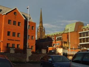 Przykład lepszej, dopasowanej do charakteru średniowiecznego miasta współczesnej zabudowy. Niestety w latach 70. też w Coventry budowano betonowe potworki. Jak w Polsce. Po przeciwnej stronie parkingu za plecami fotografa istny cud.