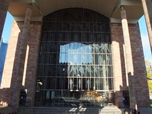 Nowa katedra jest w stylu modernistycznym, ale ma tego samego patrona: św. Michała.