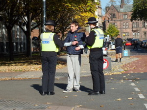 Policjantki w Coventry. Nierozważnie pić piwo naprzeciwko posterunku policji przy Little Park Street. No chyba, że chodzi o nawiązanie bliskiego kontaktu z mundurowymi. Jeśli tak, to udało się.