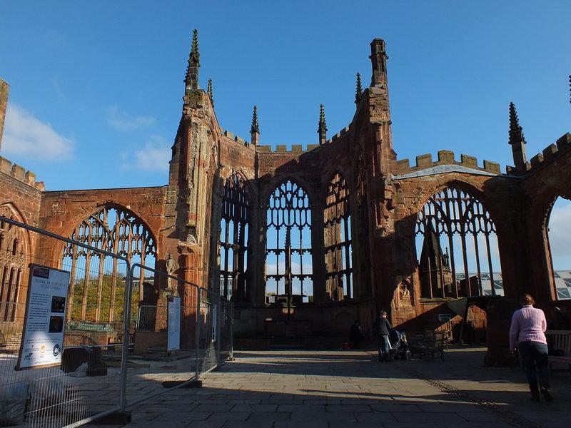 Gotycka Katedra św. Michała w Coventry została zbombardowana przez hitlerowskie Niemcy 14 listopada 1940 roku. ( Ocalała ściana wschodnia )