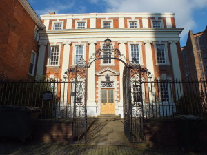 Budynek przy Priory Row w sąsiedztwie Katedry św. Michała