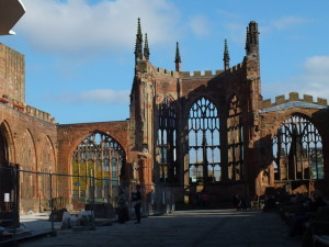 Katedra św. Michała w Coventry wybudowana na przełomie XIV i XV wieku po zniszczeniu przez hitlerowskie Niemcy stała się symbolem nazistowskich nalotów na Anglię podczas II wojny światowej.