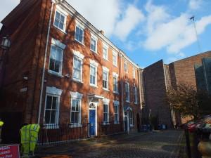 Wczesnodziewiętnastowieczna zabudowa Coventry w sąsiedztwie Katedry św. Michała.