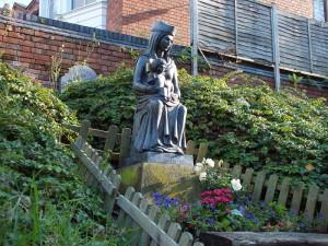 Our Lady of Coventry w ogrodzie klasztoru.