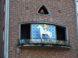 Na placu Broadgate jest zegar ścienny. Co godzinę ukazuje się w nim naga Lady Godiva na koniu a krawiec, który złamał umowę społeczną, ją podgląda. Coś na kształt naszych koziołków poznańskich tylko bardziej sprośne. Albo bardziej ludzkie, jak kto woli.
