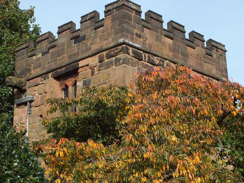 Blanki na szczycie Cook Street Gate.Coventry. Część muru obronnego z 1385 roku, zniszczonego w 1662 na rozkaz Karola II. Przetrwały tylko dwie wieże z oryginalnych 12. Ta jest jedyną dziś funkcjonującą bramą.