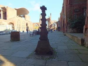 Katedra św. Michała c.d. znak upamiętniający miejsce, gdzie stał król Jerzy VI, podczas lustracji zniszczeń w Coventry.