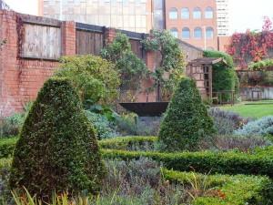 Ogródek przy przytułku dla XVI-wiecznych wdów w Coventry.