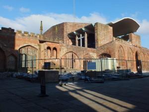 Katedra św. Michała c.d. ściana północna z widokiem na dobudowaną nowoczesną, użytkową część katedry