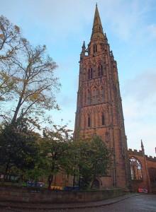 Zachodnia wieża z iglicą wybudowana w latach 1374-1450 mierzy 90 metrów. Przetrwała bombardowanie w listopadzie w 1940 roku i dominuje nad miastem.