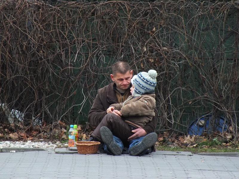 Mężczyzna z dzieckiem żebrze. Nieszczęście czy sposób na życie?