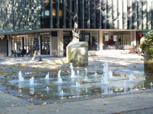 W Coventry. Na dole New Union Street. By dojść do centrum, przy fontannach trzeba skręcić w prawo w Fertford Street.