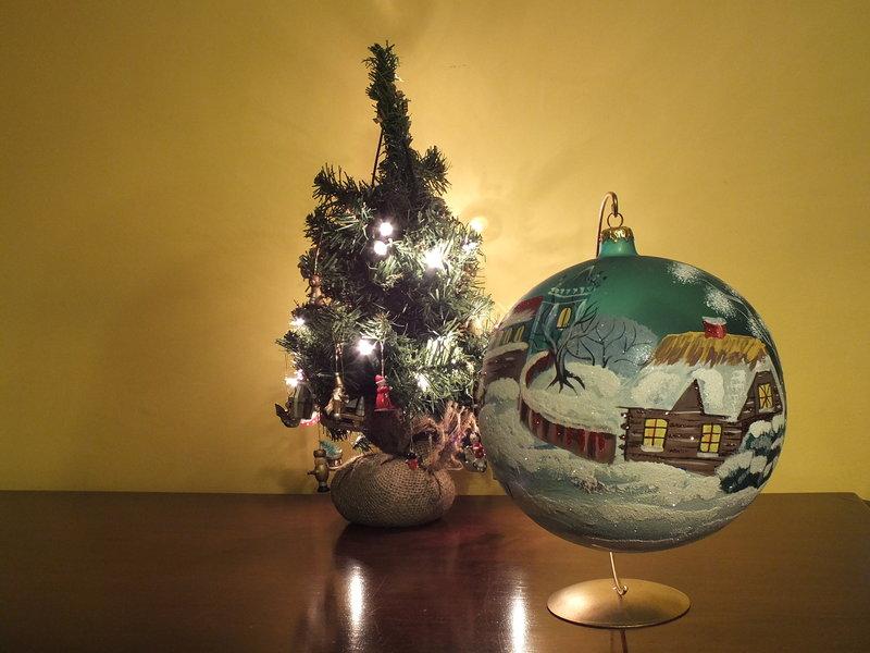 Bombka większa od choinki to prezent od mojego syna. Trudno go było dowieźć z Krakowa do Warszawy. Od kilku lat jest ze mną. Dbam o nią