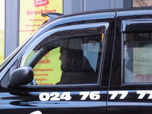 Taksówkarz w fezie w Coventry