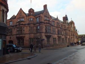 The Council House z frontem z czerwonego piaskowca zbudowany w latach 1913-1917. Stylizowany na wczesnegoTudor'a . Nad gankiem są znaki herbowe gildii (bractwa) pod wielkimi figurami Leofrica i Godivy.