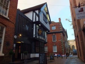 Po lewej: The Golden Cross Inn. Z ok 1583 roku. Przykład średniowiecznego budownictwa drewnianego.