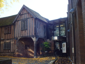 Pałac wybudowany w XIII wieku, gruntownie przebudowywany w wieku XIV, XV i XVI. Pod koniec lat 60. XX wieku dodano nowe skrzydło. New Union Street.