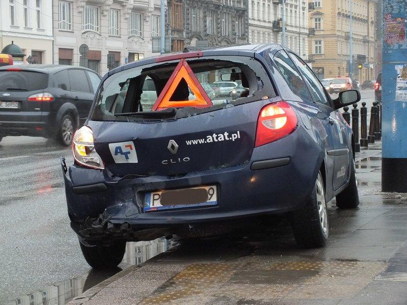 Żniwa deszczu w styczniu 2016. W poślizgu na Alejach Jerozolimskich w Warszawie rozbite Renault Clio