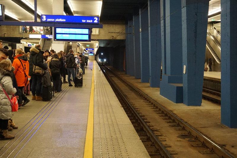 Opóźnienie pociągu - jak wiadomo - może się zwiększyć lub zmniejszyć . PKP Intercity - 16 stycznia 2016 rok. 107 minut spóźnienia