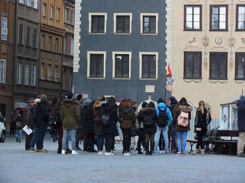 Młodzi Hiszpanie na Rynku Starego Miasta w Warszawie