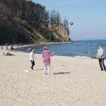 Rodzinna plażowa siatkówka w kwietniu. Rodzice i córka