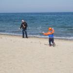 Tata generuje bańki mydlane, dzieciak za nimi biega