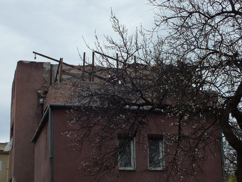 Adres: Sułkowicka 3. Od frontu, czyli od ulicy Belwederskiej. Budynek zwrócił moją uwagę, bo nie wiadomo, czy go rozbierają czy remontują. Jak patrzeć na niego od strony kwitnącego drzewa, to remontują! I tu dochodzimy do ważnej konstatacji. Przez pryzmat kwitnącego drzewa, wiosny, optymizm jest łatwiejszy.