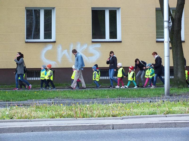 Maluchy z przedszkolaków ubrane w kamizelki odblaskowe. Przyszli policjanci z drogówki?
