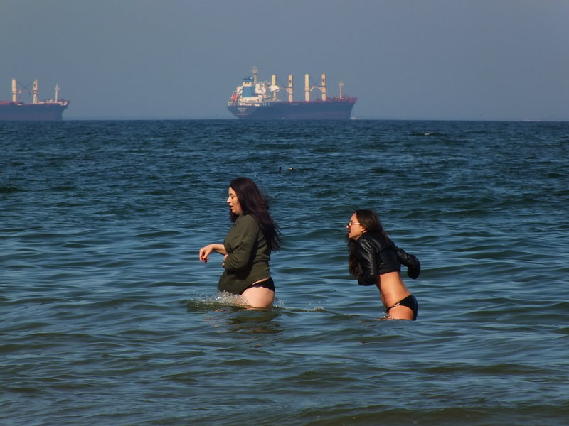Kąpiące się w Bałtyku dziewczyny 30 kwietnia