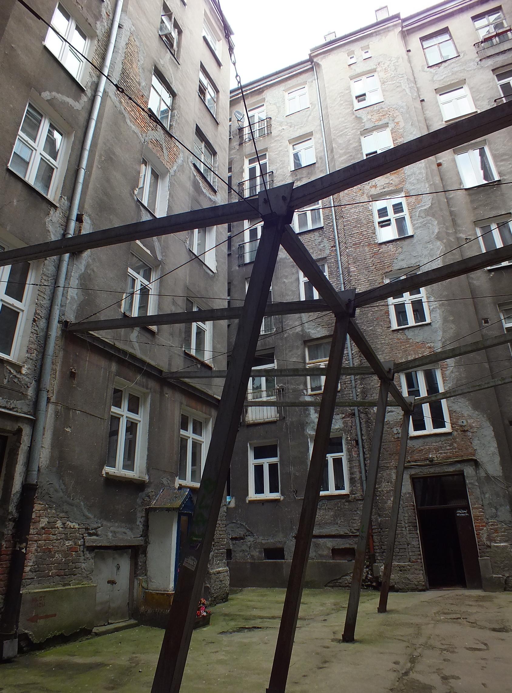 Miejejsce na ziemi: ulica Waliców Wsporniki, rozpornice i ściągi trzymają budynki w szponach.