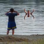 Plaża przy ośrodku Stepol. Kąpiel bierze Wojtek (świetny organizator i uczestnik spływu) a jego starszy syn Franek robi mu zdjęcie.