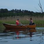 Wracamy jeziorem Bachotek na Drwęcę. Po drodze mijamy wędkarzy i wędkarki.