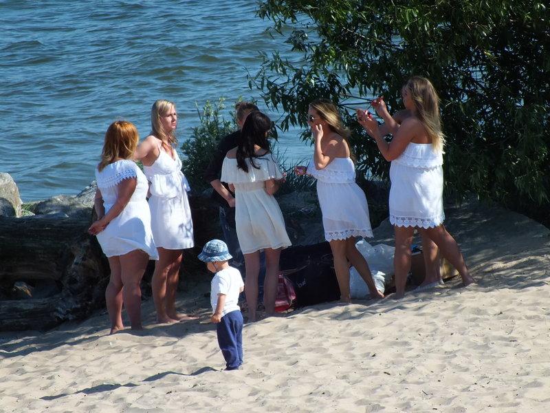 Dziewczyny w białych strojach, jak druhny, w Gdyni Orłowo tuż