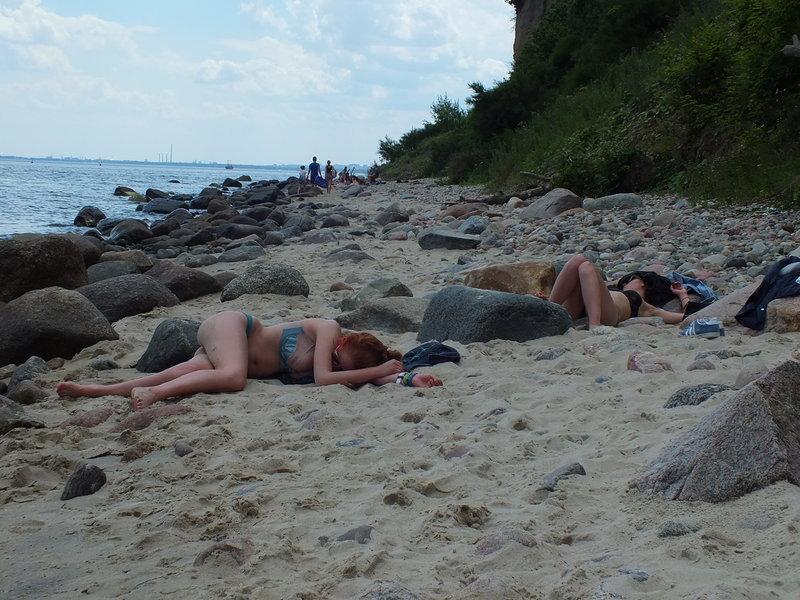 Open'er Festival 2016 w Gdyni. W stanikch i majtkach śpią dziewczyny na spacerowym trakcie wzdłuż brzego z Gdyni Redłowo do Gdyni Orłowo