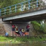 Pod mostem w Pacewie lubią kajakarzy.