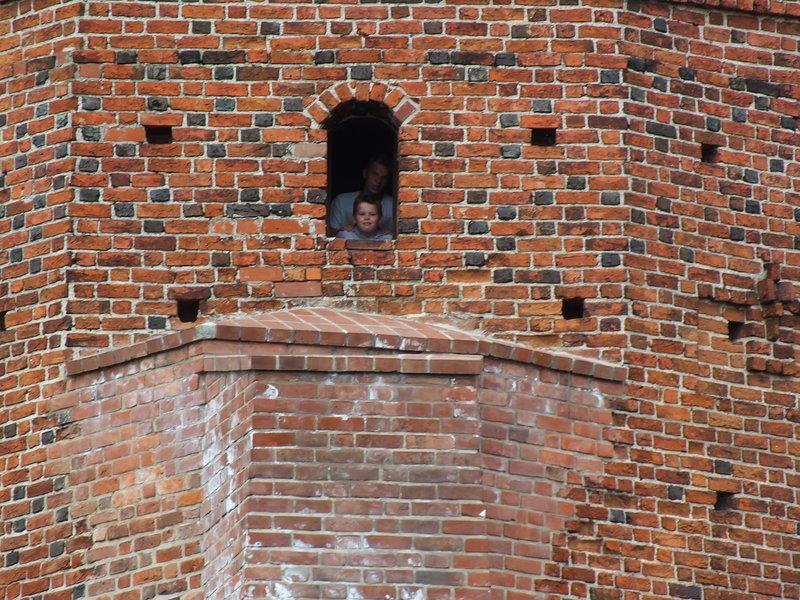 Jedno z okienek warowni. Popatrzeć przez nie, to jak być rycerzem broniącym księcia mazowieckiego Janusza I Starszego, który zlecił Niclosowi budowę zamku na początku XIV wieku.