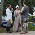 Średniowieczni rycerze przybyli na turniej z rodzinami.