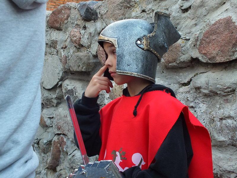 Standardowe wyposażenie małego obserwatora turnieju. Przy właściwym biznesowym podejściu można stworzyć popyt nawet na imitację akcesoriów z XV wieku.