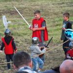 Dzieciaki z mieczami. . Będzie im żal, kiedy ich poproszą, by pole zostawili na walkę rycerzom.