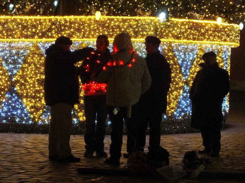 Nawet naród przystraja się, żeby świecić jak choinka. Tu: na placu Zamkowym  w Warszawie. Dzisiaj. Rano też widziałam, mnóstwo worków z domowymi śmieciami obok koszy miejskich przeznaczonych na papierek z cukierka i peta. Polacy sprzątają przed świętami i stroją się w piórka.