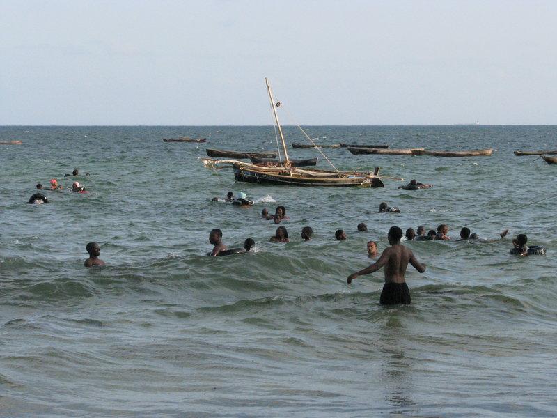 Kenijczycy na swojej plaży.Ci mieszkańcy zdecydowanie więcej czasu spędzają w wodzie niż Polacy znad Bałtyku