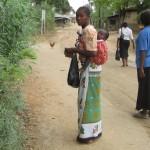 19 Dzień powszedni w wiosce pod Mombasą. Kobieta z dzieckiem w chuście na plecach