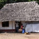 W wiejskim sklepie w wiosce pod Mombasą mało jest klientów. To chata kryta strzechą