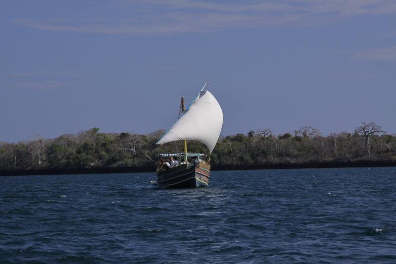 28 W drodze powrotnej z wioski pod Mombasą. Mijanie na wodzie