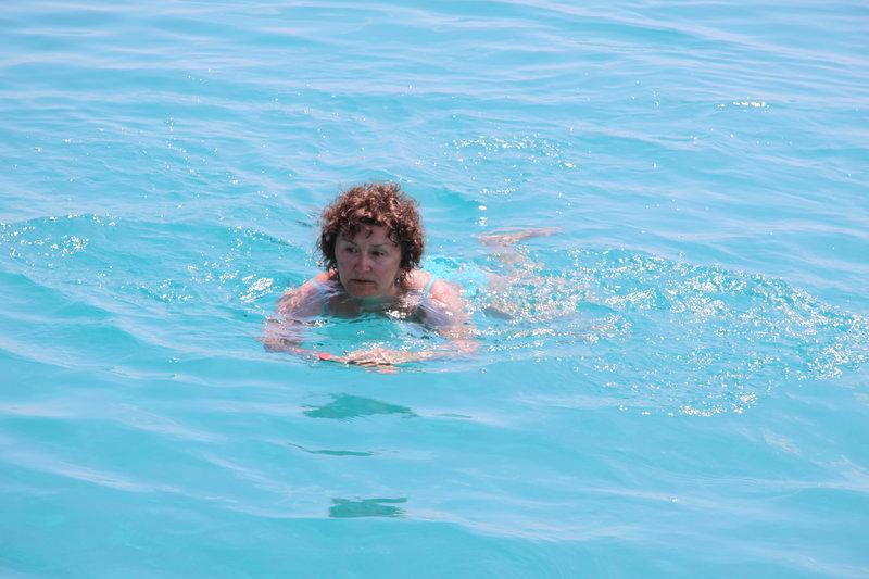 W tak głębokiej, jak na Oceanie Indyjskim przy wyspie Wasini, tak ciepłej wodzie i o takim kolorze, pływałam pierwszy raz w życiu. Do statku i z powrotem, żeby nie stracić złudnego oczywiście poczucia bezpieczeństwa
