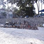 Plaża przy Kenya Bay. Beach Hotel, Mombasa. a. Spacer wzdłuż brzegu. Co krok sprzedawcy uroczych pamiątek z Afryki. My jesteśmy już drugi tydzień na Czarnym Lądzie, więc pamiątek każdy ma pełno, a i tak dajemy się namówić.